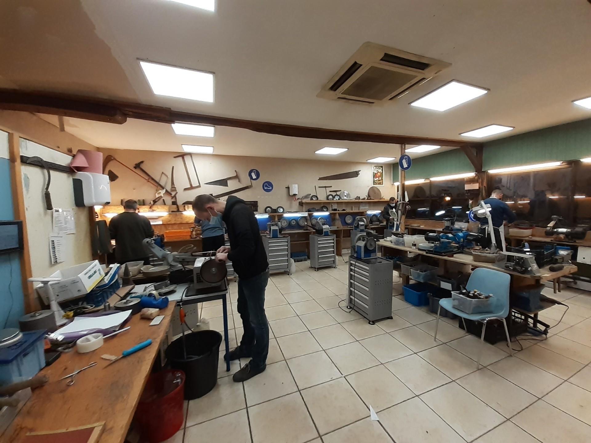 Salle de théorie et outils de coiffure et de toilettage avec espacement anti-covid